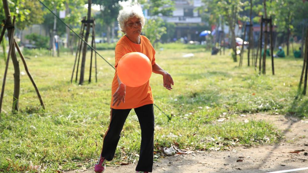 """Bà Tư cho biết thú chơi bóng chuyền của bà có từ thời còn trẻ """"năm 18 tuổi tôi đã chơi bóng chuyền rồi""""."""
