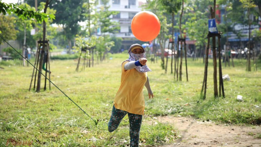 Nhờ có những trận bóng chuyền như vậy nên mọi người thấy tinh thần vui vẻ hơn.