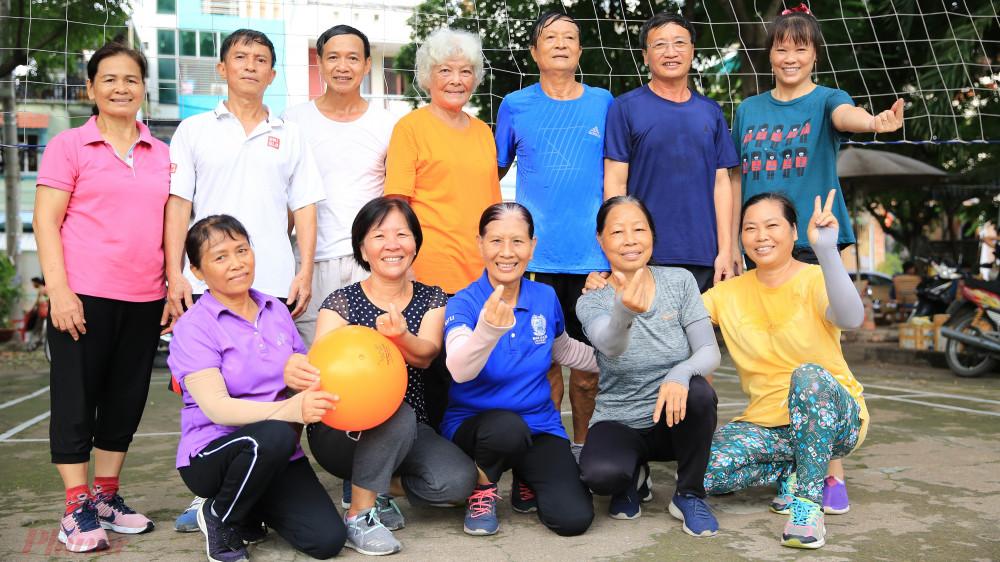 Khoảng ba năm nay tại quận Gò Vấp, thành phố Hồ Chí Minh xuất hiện một đội bóng chuyền của các cụ có tuổi đời trên 60.