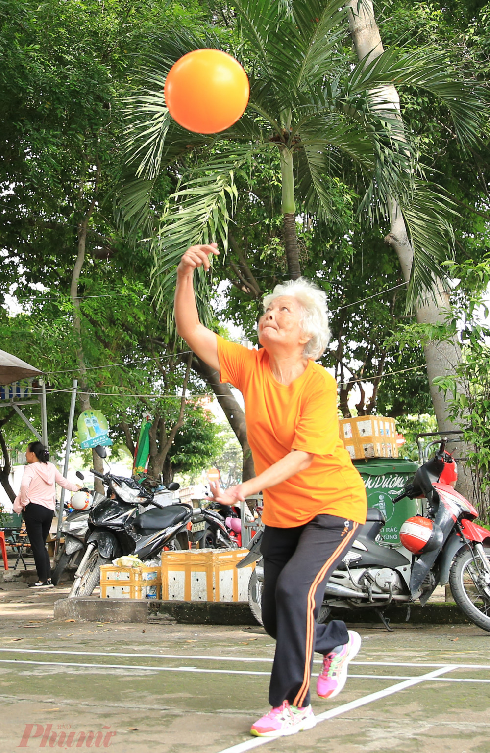 Dù 77 tuổi nhưng bà Tư vẫn tích cực tham gia mỗi buổi sáng.