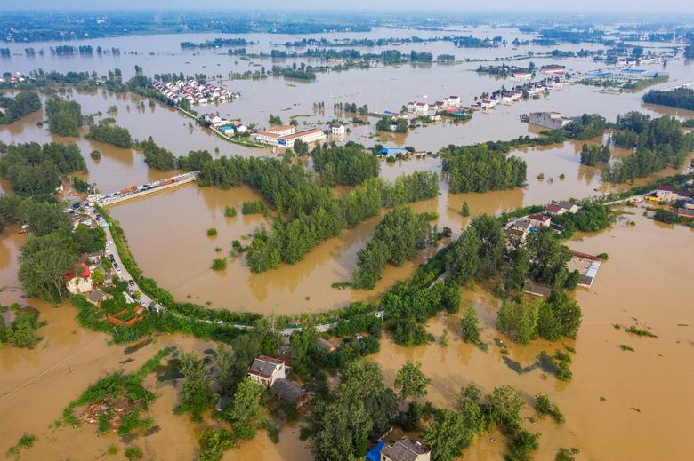 Một ngôi làng ở thị trấn Lục An (tỉnh An Huy) chìm trong biển nước sau khi những cơn mưa lớn kéo qua.