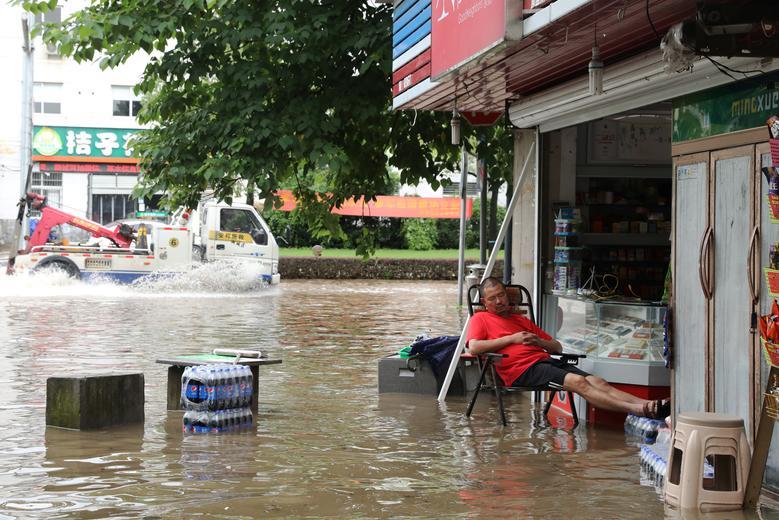Ở những nơi mực nước còn thấp, người dân vẫn ở lại để trông chừng nhà cửa, tài sản.