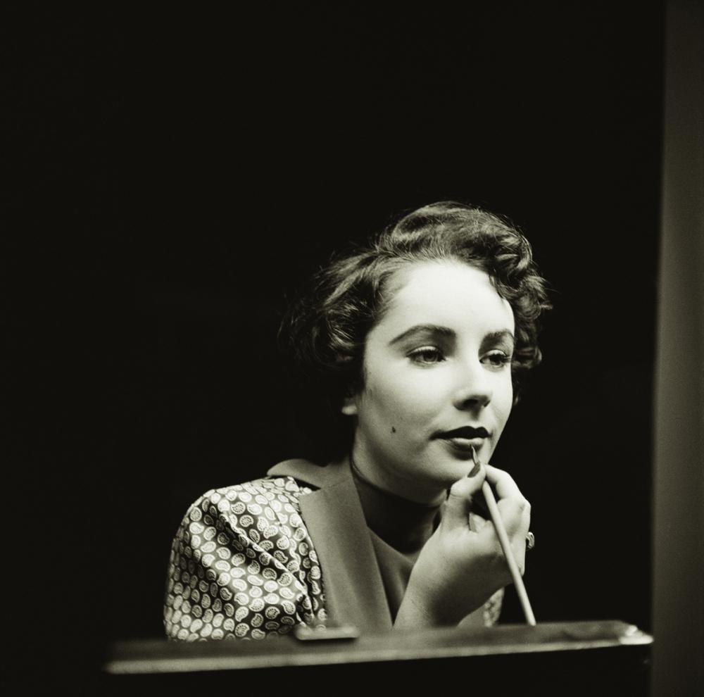 Một Elizabeth Taylor kiều diễm đang chăm chú tô son trước gương (ảnh chụp năm 1948)