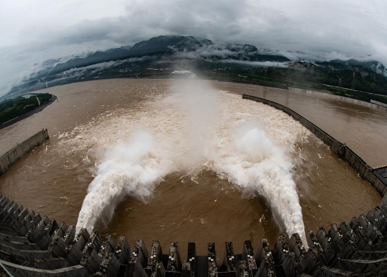Đập Tam Hiệp (Nghi Xương, tỉnh Hồ Bắc) xả nước để hạ thấp mực nước trong hồ chứa. Đây cũng là một trong những nguyên nhân khiến những vùng trũng xung quanh ngập lụt.