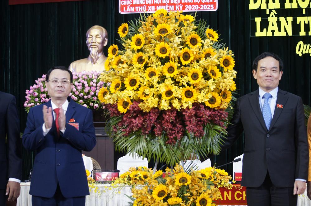 Trần Lưu Quang thay mặt Ban Chấp hành Đảng bộ TP tặng hoa chúc mừng đại hội