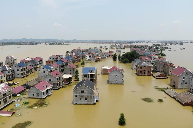 Một khu nhà cao tằng xung quanh khu vực Hồ Bà Dương (tỉnh Giang Tây) ngập trong biển nước. Giang Tây là một trong những địa phương chịu thiệt hại nặng nề từ trận mưa lũ lần này. Đê vỡ, nhà cửa bị phá huỷ khiến nhiều người liên tưởng đến thiệt hại của trận đại hồng thuỷ năm 1998, khiến 3.000 người chết, 15 triệu người mất nhả cửa.