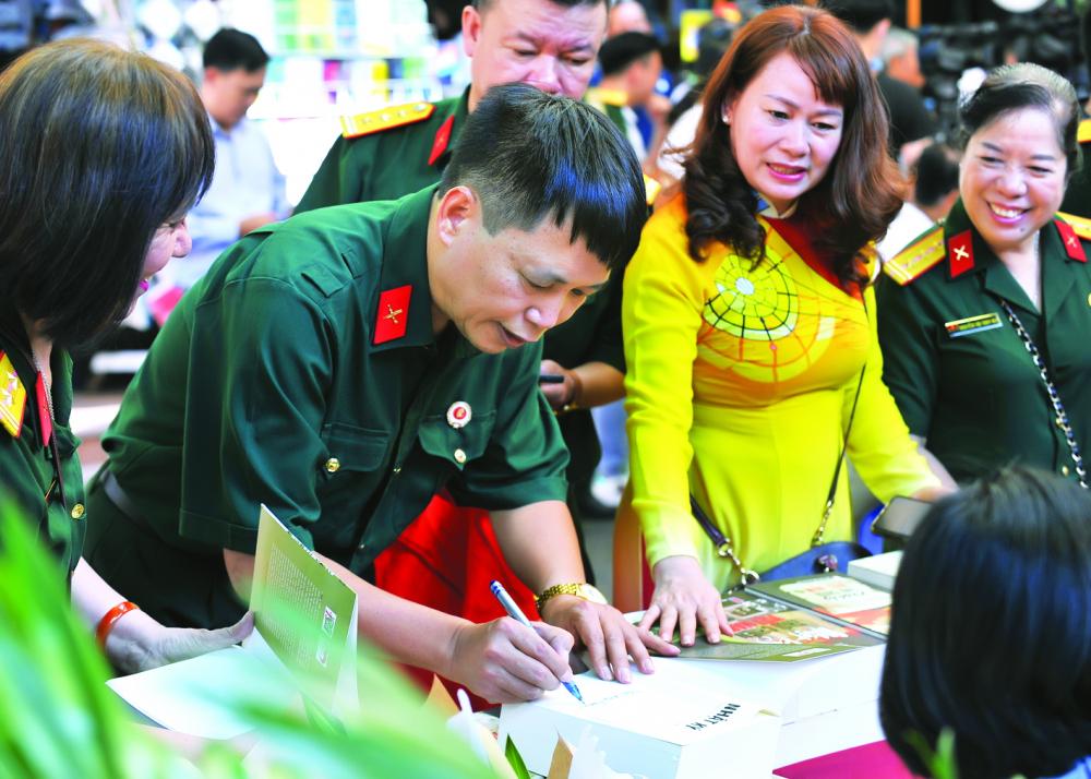 Nhà văn Đặng Vương Hưng ký tặng sách cho bạn đọc