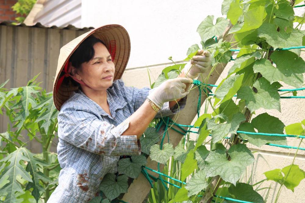 Bà Mãnh chăm sóc vườn rau của mình