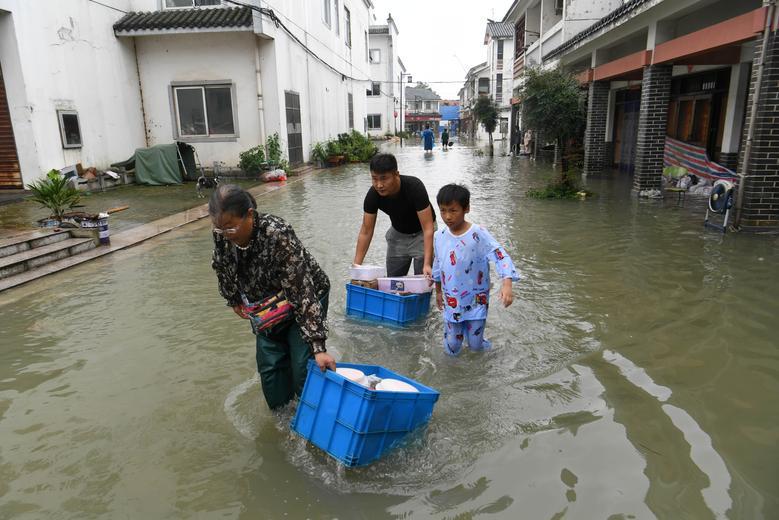 Người dân ở khu vực Hồ Sào (thành phố Hợp Phì, tỉnh An Huy) thu gom đồ đạc đưa đến nơi sơ tán.