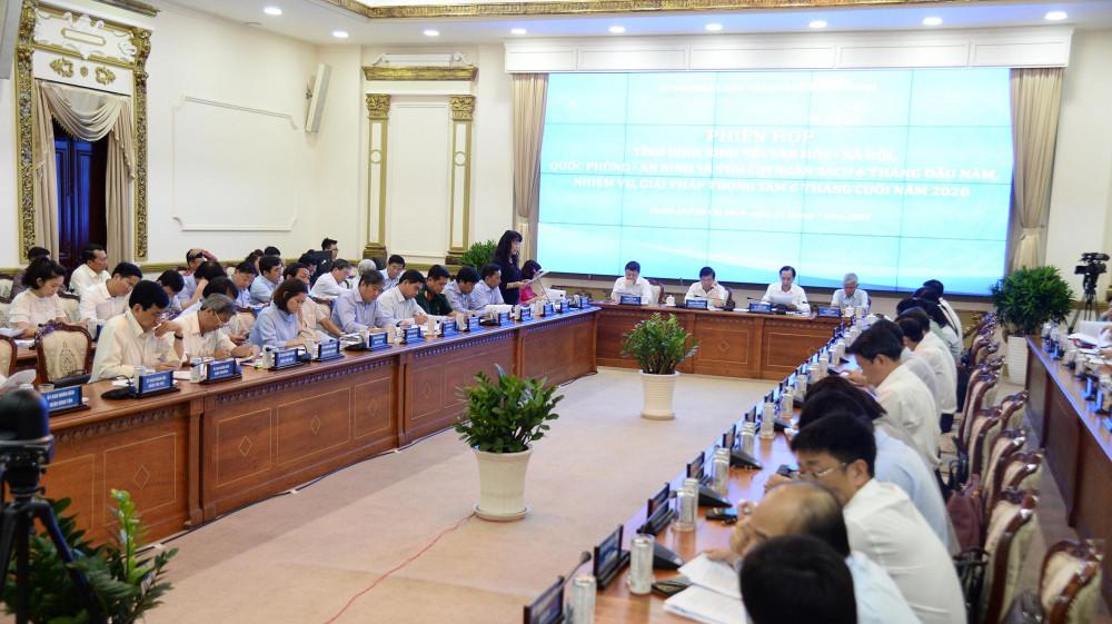 Phiên họp tình hình kinh tế - văn hoá - xã hội 6 tháng đầu năm, nhiệm vụ, giải pháp trọng tâm 6 tháng cuối năm 2020 sáng 23/7 tại UBND TPHCM. Ảnh: TTBC