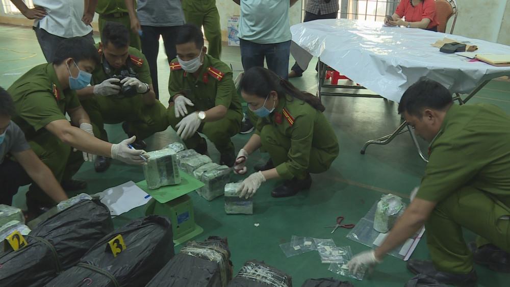 Lực lượng chức năng kiểm tra số ma túy đá vừa bắt giữ được