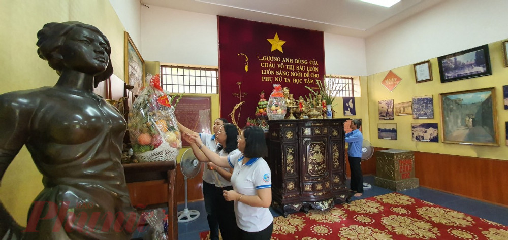 Đoàn đến thấp hương bàn thờ chị Võ Thị Sáu