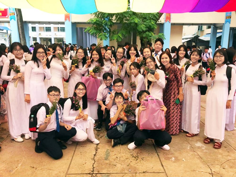 Cô giáo chủ nhiệm Trịnh Hải Yến (thứ tư từ phải sang) cùng học trò với nhành thạch thảo tím trên tay trong ngày tổng kết năm học