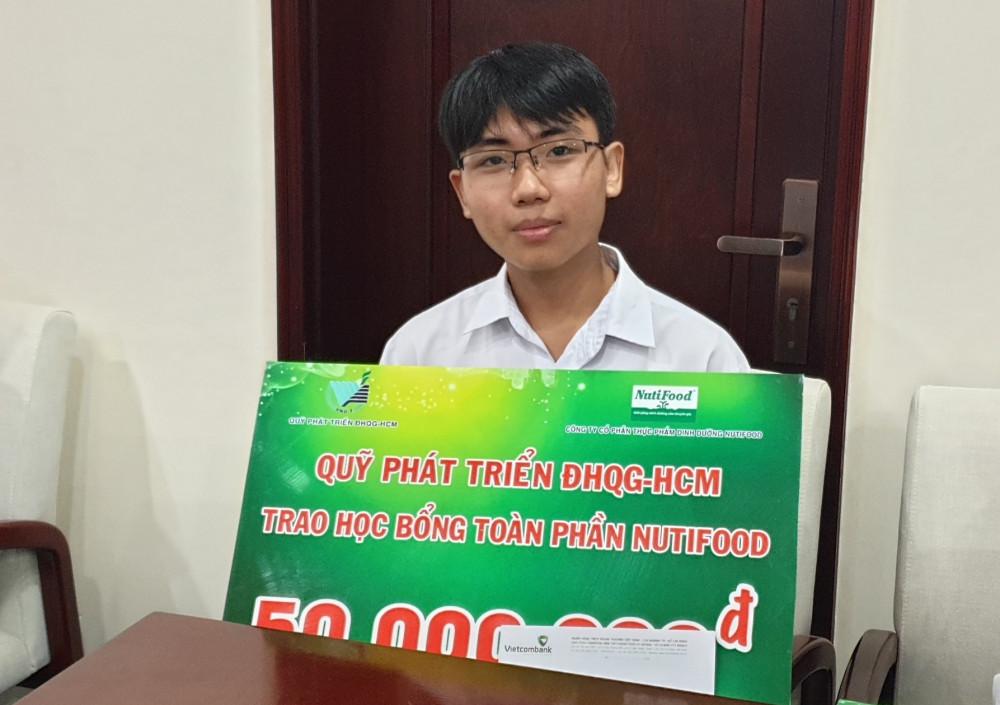 Em Phạm Trần Quốc Chiến, sinh viên khoa Ngữ Văn Anh (Đại học KHXH&NV) nhận học bổng toàn phần NutiFood. Ảnh Nutifood cung cấp