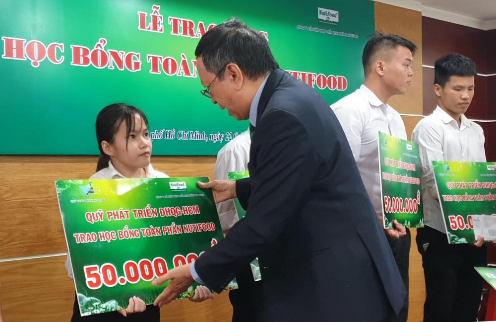 Ông Trương Hùng, Phó Chủ tịch HĐQT NutiFood trao học bổng cho các em sinh viên