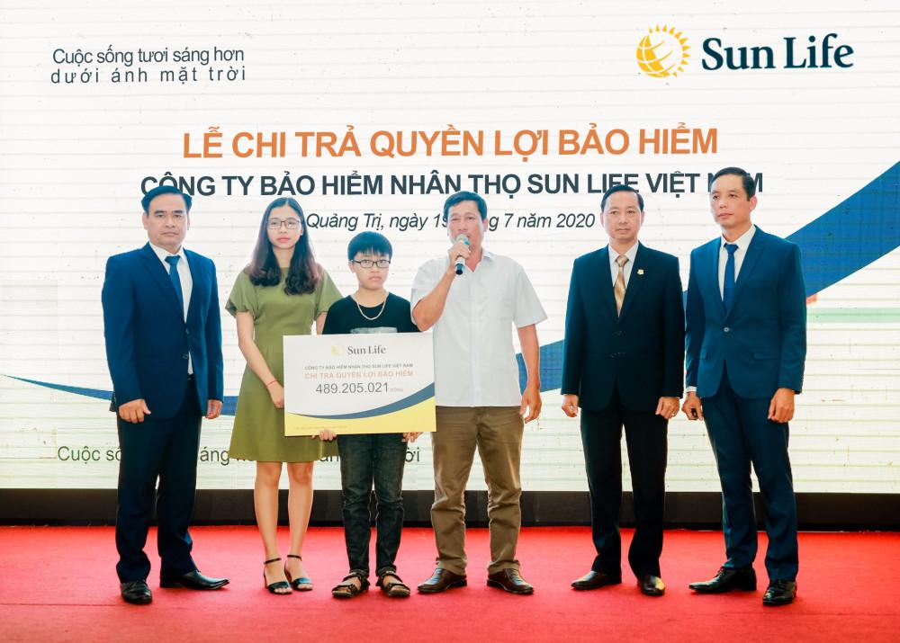 Chia sẻ tại buổi trao quyền lợi bảo hiểm, đại diện gia đình khách hàng cho biết số tiền được chi trả là sự động viên và an ủi kịp thời giúp gia đình ổn định cuộc sống trong thời gian tới. Ảnh: Sun Life Việt Nam cung cấp