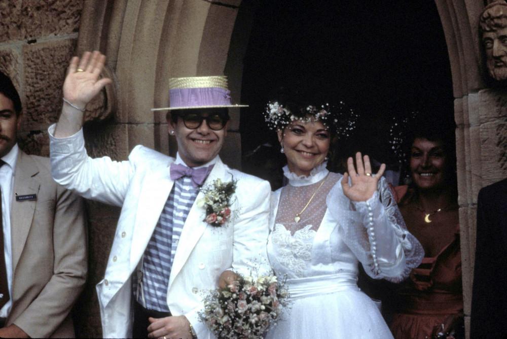 Hình ảnh Elton John và vợ cũ trong ngày cưới.