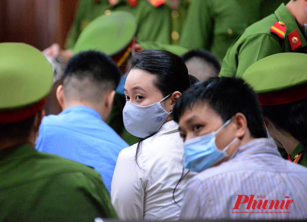 Người tình Ngọc Miu của ông trùm và đàn em tại phiên tòa sáng 23/7/2020. Ảnh: Hiếu Nguyễn