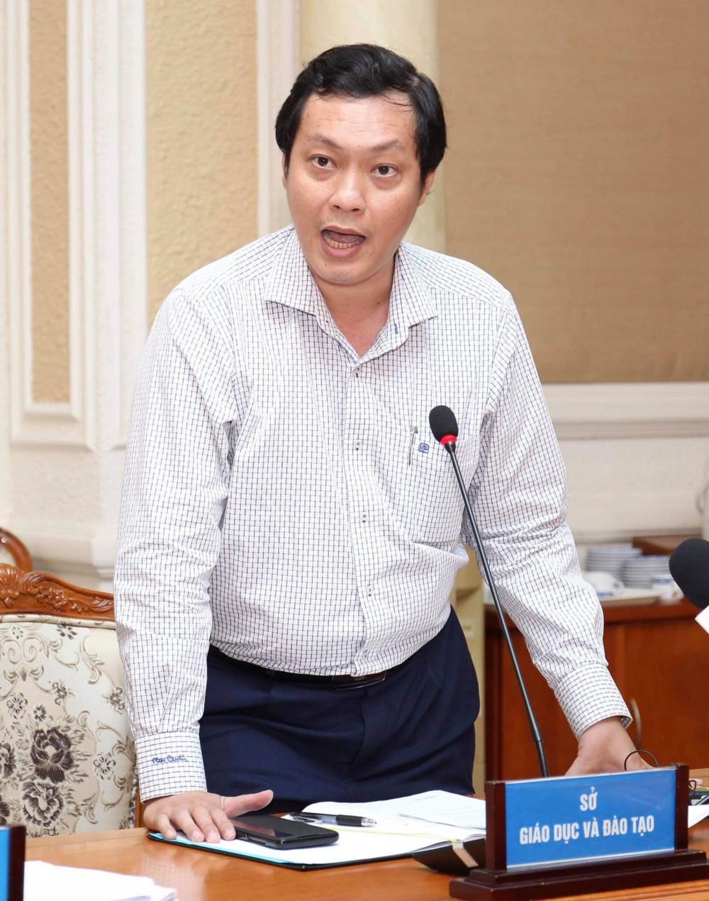Ông Nguyễn Thành Trung - Chánh văn phòng Sở Giáo dục và Đào tạo TPHCM - trả lời tại buổi họp báo do UBND TPHCM tổ chức chiều 23/7. Ảnh: TTBC