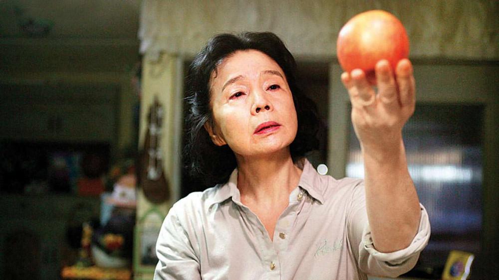 Phim Poetry do Lee Chang Dong (người Hàn Quốc) biên kịch kiêm đạo diễn, từng đoạt giải kịch bản xuất sắc nhất tại Liên hoan phim Cannes 2010