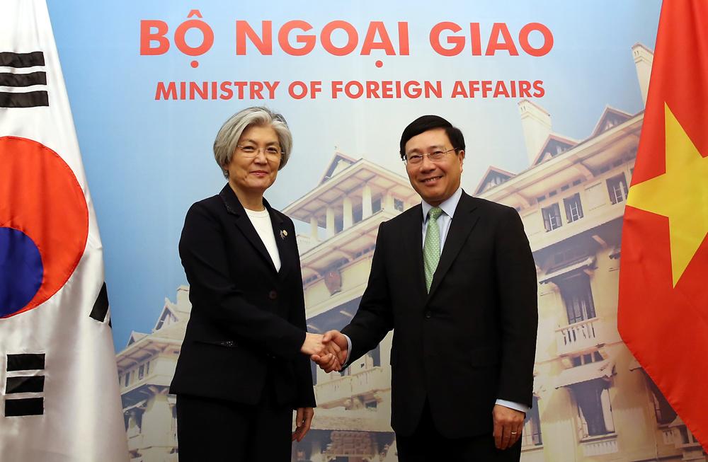 Phó Thủ tướng, Bộ trưởng Ngoại giao Phạm Bình Minh và Bộ trưởng Ngoại giao Hàn Quốc Kang Kyung Wha trước thềm cuộc hội đàm tại Nhà khách Chính phủ ngày 9/3/2018