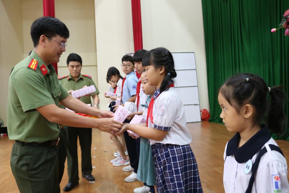 Thiếu tá Nguyễn Công Danh - Bí thư Đoàn thanh niên Công an TP.HCM - trao những suất học bổng tiếp sức học sinh trước thềm năm học mới.