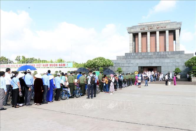 Đoàn đại biểu Bà mẹ Việt Nam anh hùng viếng Lăng Chủ tịch Hồ Chí Minh.