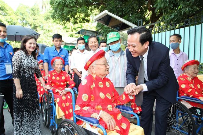 Bộ trưởng Bộ Lao động – Thương binh và Xã hội Đào Ngọc Dung thăm hỏi, tặng quà các Mẹ Việt Nam anh hùng.