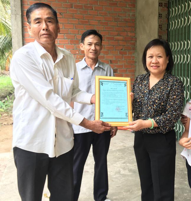 Ông Huỳnh Thanh Bình (Ấp trưởng ấp Tân Hòa, xã Tân Bình) trao thư cảm ơn của Đảng ủy, UBND, UBMTTQVN xã Tân Bình đến Ban Biên tập Báo Phụ Nữ TPHCM