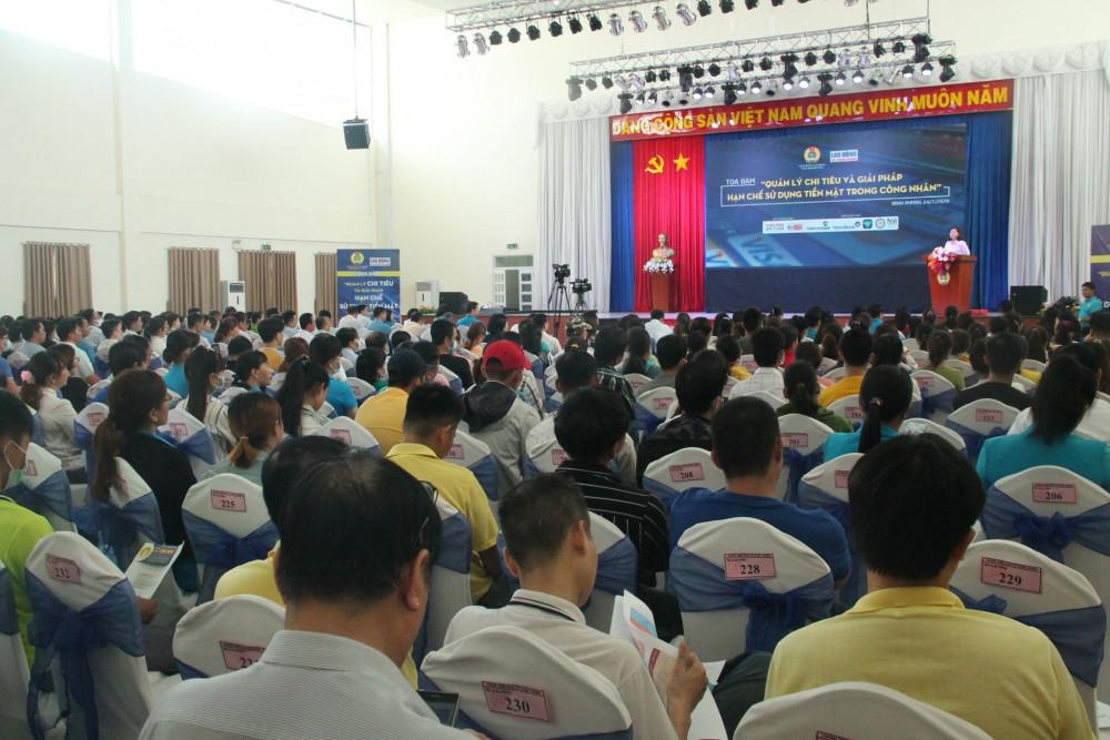 Hàng trăm công nhân có mặt lắng nghe chia sẻ từ các chuyên gia