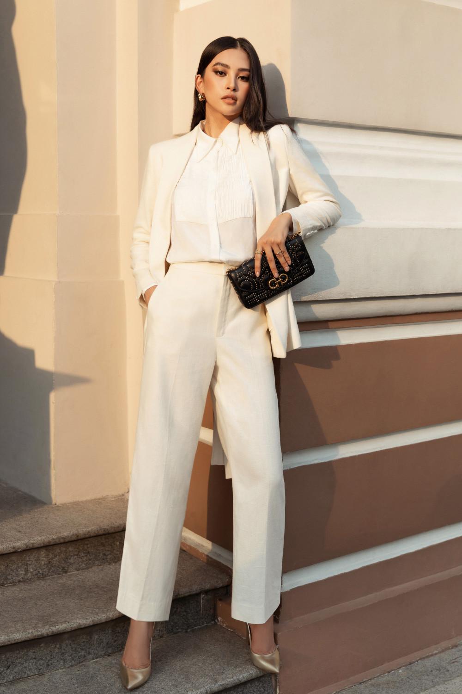 Hoa hậu Tiểu Vy mang đến gợi ý cho những cô nàng công sở với vest trắng ngà phối cùng sơ mi bên trong.
