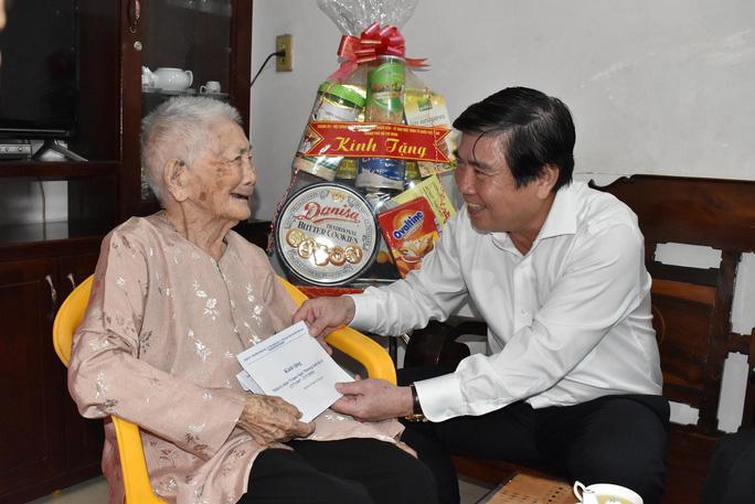 Chủ tịch UBND TP Nguyễn Thành Phong tặng quà cho mẹ Việt Nam anh hùng Võ Thị Lõi
