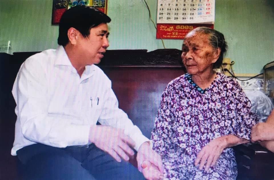 Chủ tịch UBND TP Nguyễn Thành Phong thăm hỏi sức khỏe bà Lê Thị Ít