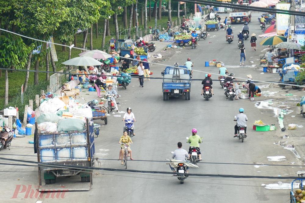 6. Việc bán hàng rong giữa đường không chỉ gây tắc nghẽn giao thông mà còn gây ô nhiễm môi trường, ô nhiễm tiếng ồn, ảnh hưởng đến cuộc sống của các hộ dân xung quanh.