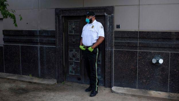 Cảnh sát Mỹ đứng gác trước LSQ Trung Quốc tại Houston - Ảnh: AFP