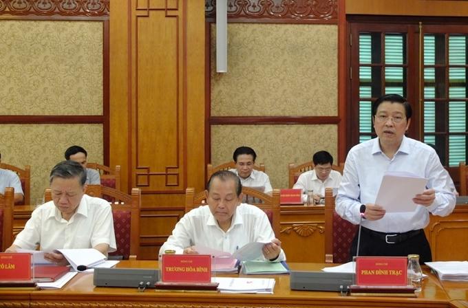 Đồng chí Phan Đình Trạc, Bí thư Trung ương Đảng, Trưởng Ban Nội chính Trung ương, Phó Trưởng ban Thường trực Ban Chỉ đạo Trung ương về phòng, chống tham nhũng báo cáo tại Phiên họp.