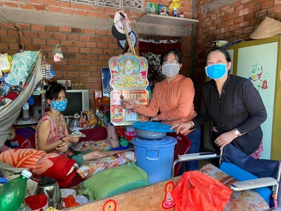 Các chị tìm đến từng gia đình khó khăn để trao quà, phát gạo