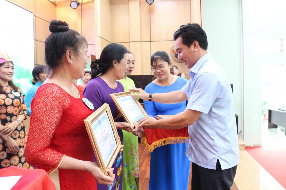 và ông Trịnh Minh Tài - Phó trưởng Ban Tuyên giáo Quận ủy quận Thủ Đức - trao giải cho đại diện các đội thi.