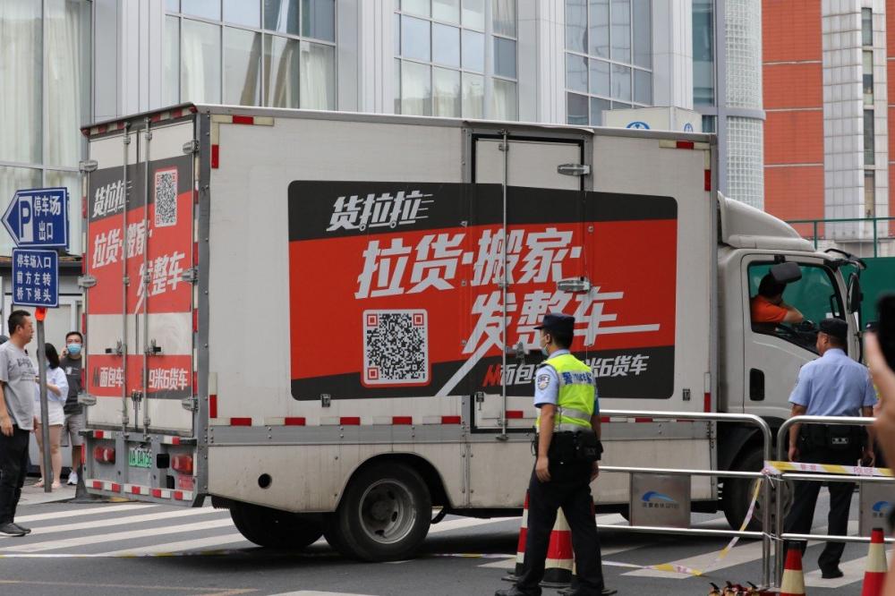 Đám đông theo dõi chiếc xe tải đến và đi khỏi LSQ Mỹ tại Thành Đô hôm 25/7 - Ảnh: Simon Song