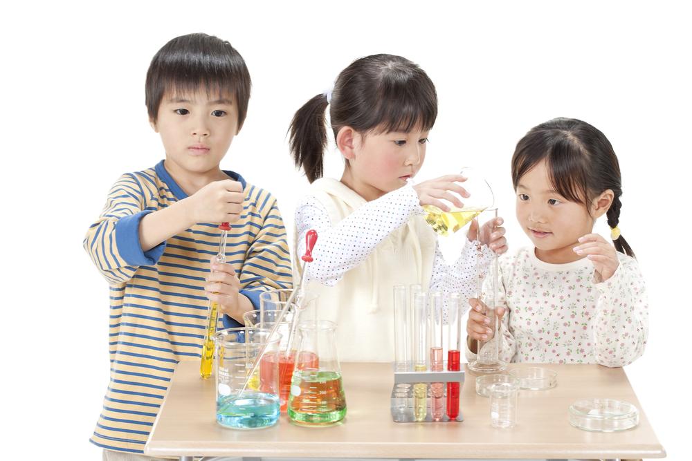 Đừng quên lưu giữ những khoảnh khắc trẻ chơi cùng bạn trong nhà