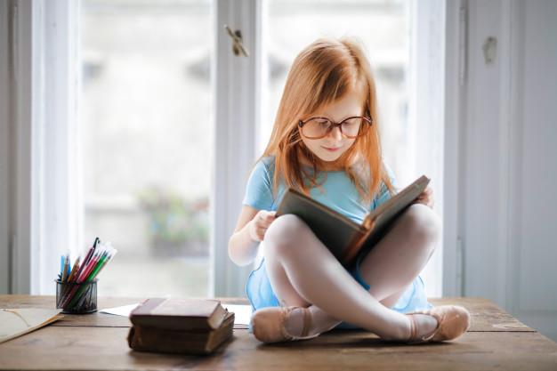 Bé đọc sách bên cửa sổ cho ánh sáng rất đẹp