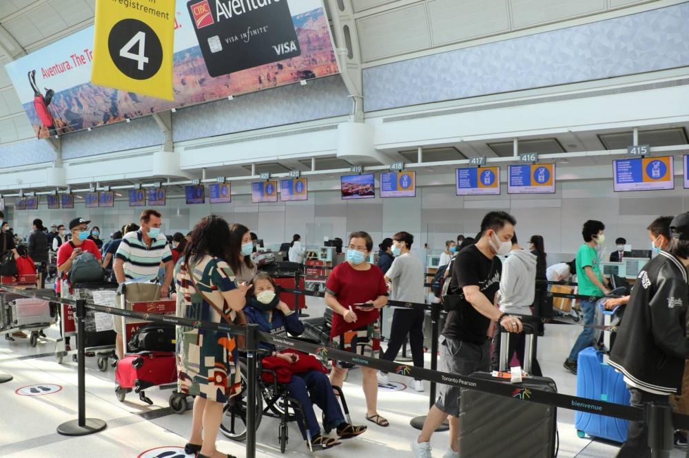 Các công dân làm thủ tục chuẩn bị lên máy bay.