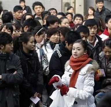 Ngô Cẩn Ngôn (choàng khăn đỏ) trở thành sinh viên của Học viện Điện ảnh Bắc kinh vào năm 2009. Năm đó, nữ diễn viên 19 tuổi. Trước đó, cô từng theo học ngành ba lê tại Học viện múa Bắc Kinh từ năm 2000. Ngô Cẩn Ngôn được cho là khá kém sắc khi bước chân vào trường diễn xuất.