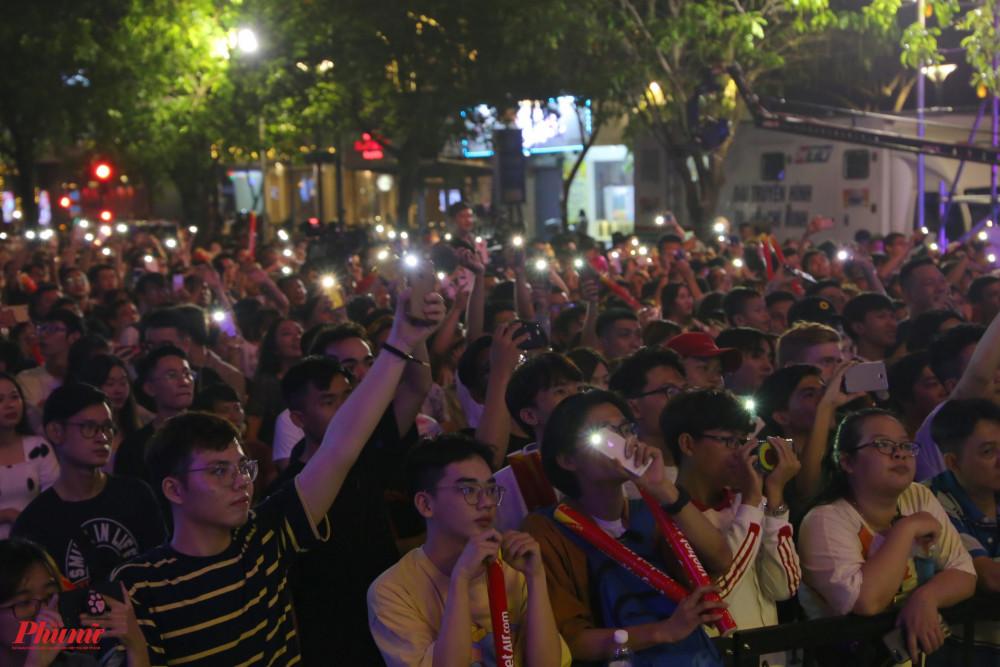 Khán giả đến với sự kiện Hò dô diễn ra tại đường đi bộ Nguyễn Huệ. Hò dô là sự kiện tổ chức thành công khi mời được nhiều nghệ sĩ quốc tế cũng như giới thiệu được đời sống văn hoá nghệ thuật hiện tại của Việt Nam.
