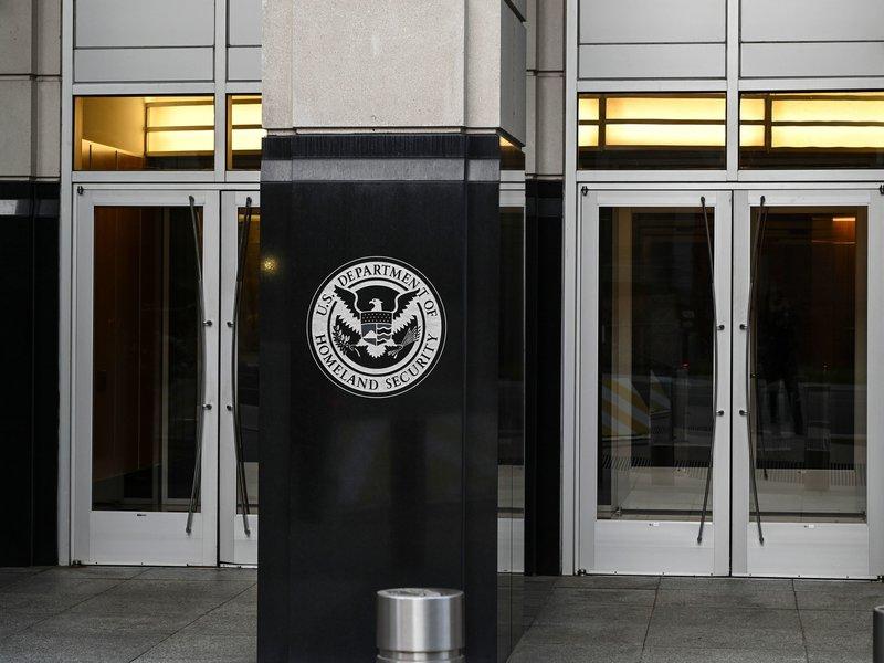 Cơ quan thực thi nhập cư và hải quan Mỹ (ICE) thuộc Bộ Di trú đưa ra thông báo mới vào ngày 24/7, thu hẹp nhóm sinh viên quốc tế không được cấp visa nếu chỉ học online so với thông báo đã hủy bỏ trước đó.