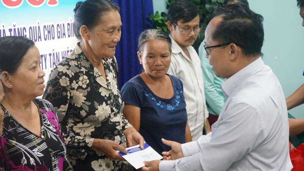 Đại diện Tập đoàn Tân Hiệp Phát trao quà cho các gia đình chính sách. Ảnh: THP cung cấp