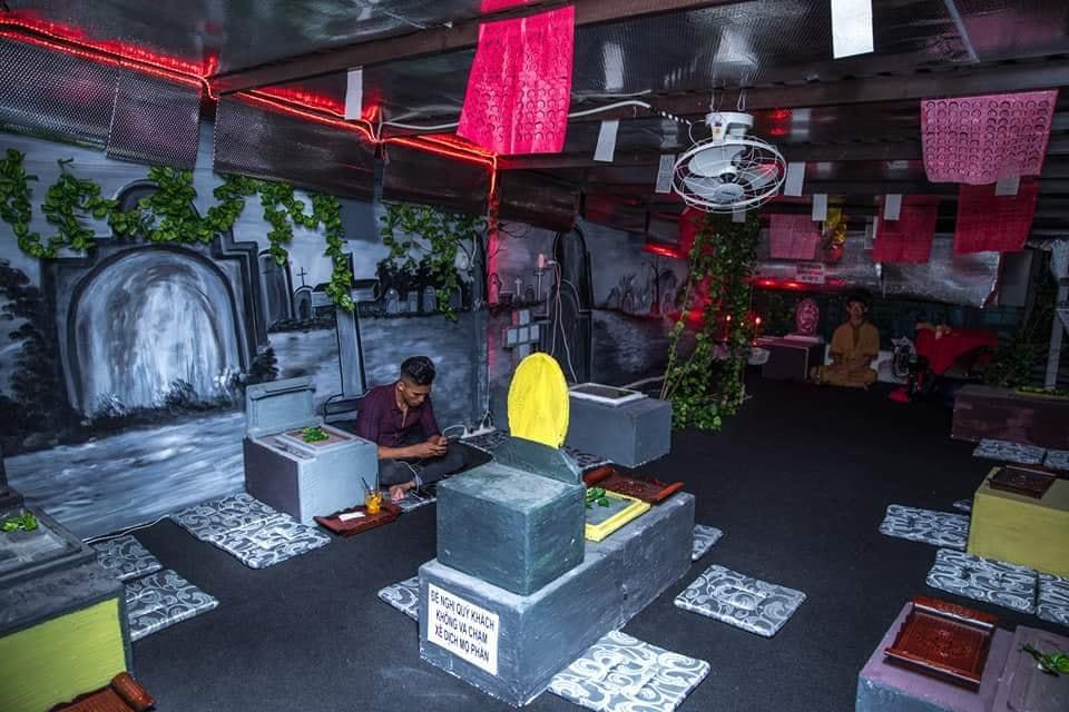 Không gian được bài trí như một nghĩa trang quái dị. Ành: Facebook quán
