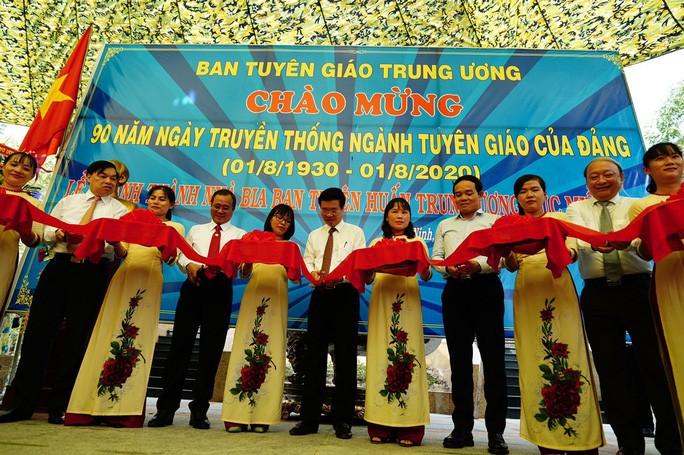Trưởng Ban Tuyên giáo Trung ương Võ Văn Thưởng, Phó bí thư thường trực Thành ủy TPHCM Trần Lưu Quang cùng lãnh đạo Trung ương, các tỉnh thành cắt băng khánh thành