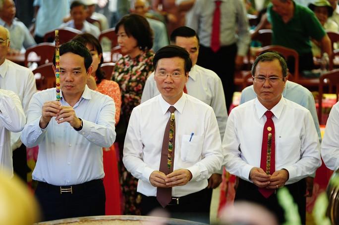 Trưởng ban Tuyên giáo Trung ương Võ Văn Thưởng, Phó bí thư thường trực Thành ủy TPHCM Trần Lưu Quang dâng hương tại lễ khánh thành