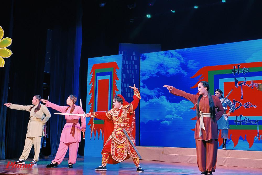 Các nghệ sĩ của Nhà hát Nghệ thuật Hát bội TPHCM thể hiện trích đoạn về Trần Quốc Toản